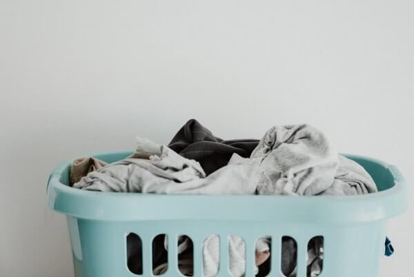 洗濯物を裏返す